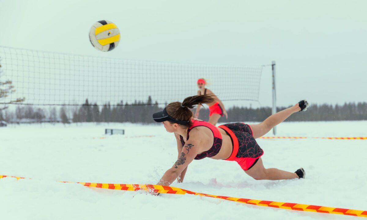Beach-Voelleayball-Spielerinnen im Schnee