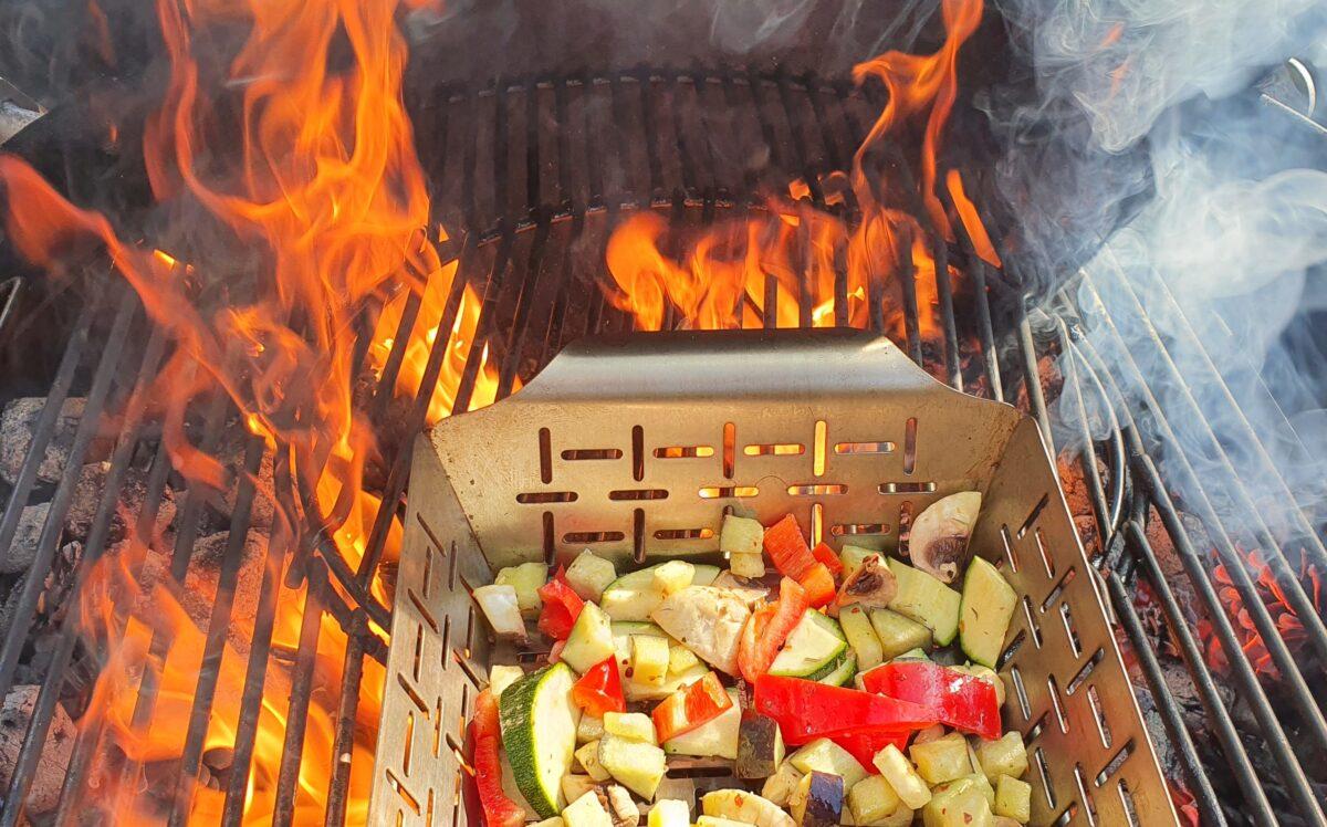 Gemüse am Grill in Flammen
