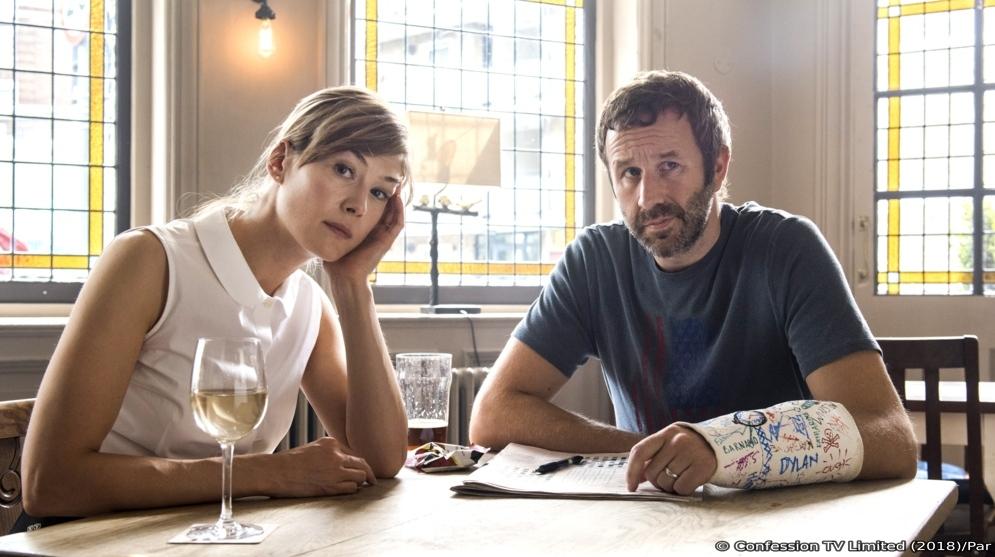 Tom und Louise sitzen in einem Pub am Tisch